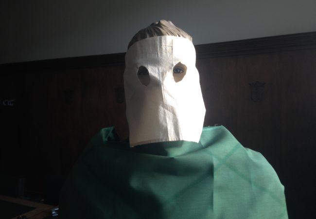 Het masker dat gevangenen droegen buiten hun cel, om herkenning te voorkomen