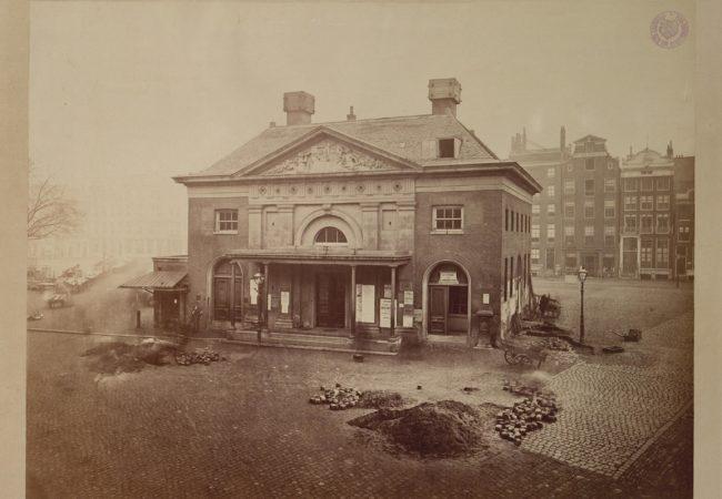 De Waag op de Botermarkt, dat nu Rembrandtplein heet. (1874)