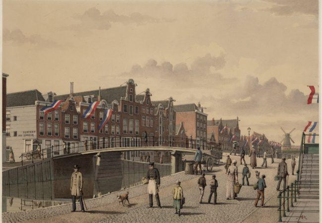 Rozengracht, met links de ingang naar de 1e Rozendwarsstraat. Er wordt gevlagd in verband met het besluit tot demping van de gracht (1889)