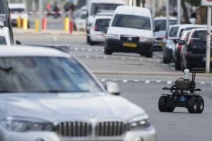 Een robotwagentje van de politie bij de Trumanlaan