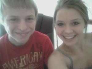 Sarah met haar broer Joshua