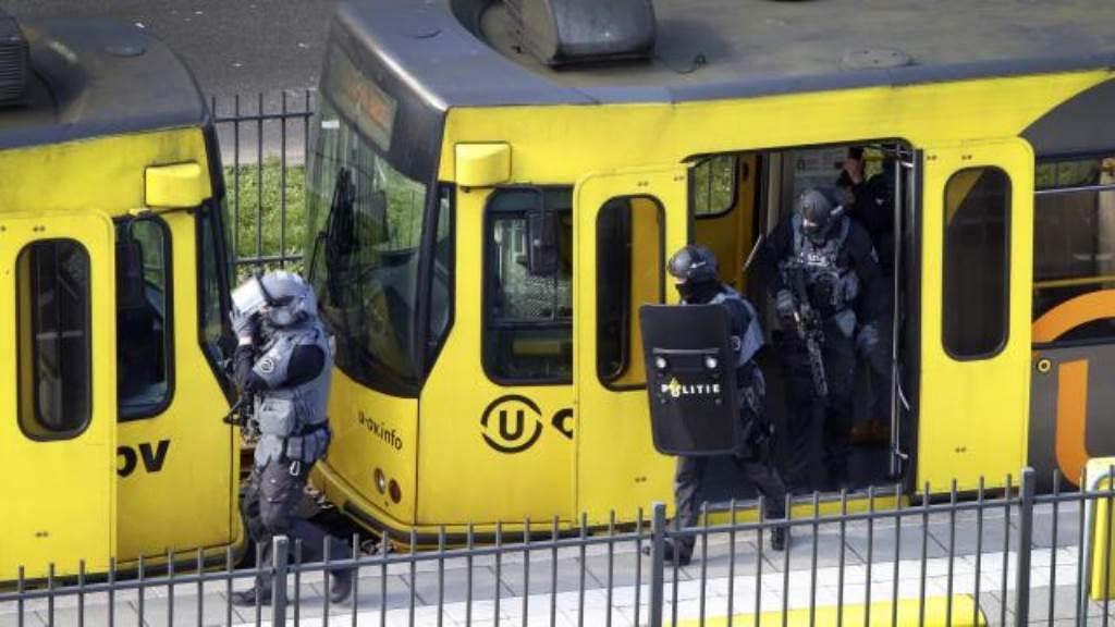 Gewapende agenten bij de tram