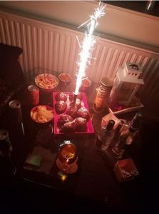 De foto die Nathalie op Oudjaarsavond Facebook zette. De fles wodka waarmee zou later zou worden geslagen, staat ook op deze foto © privéfoto