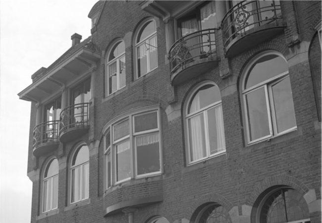 De moord op Elly Segov in de IJsclubdwarsstraat wordt onderzocht. © Stadsarchief