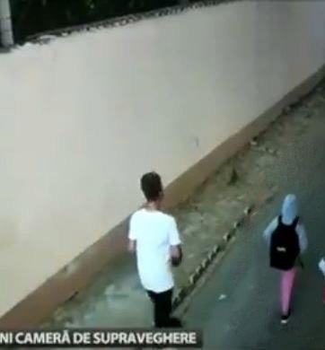 Beelden van bewakingscamera, waarop het meisje, in haar roze broek te zien is, enkele uren voor haar verdwijning