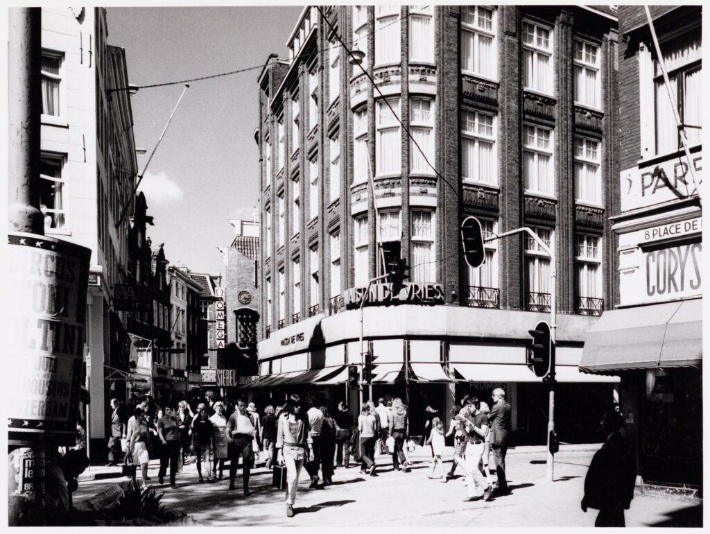 Hoek Spui en Kalverstraat in Amsterdam, de plek waar Jopie en haar moeder afscheid namen. (foto: 1971)© Stadsarchief Amsterdam