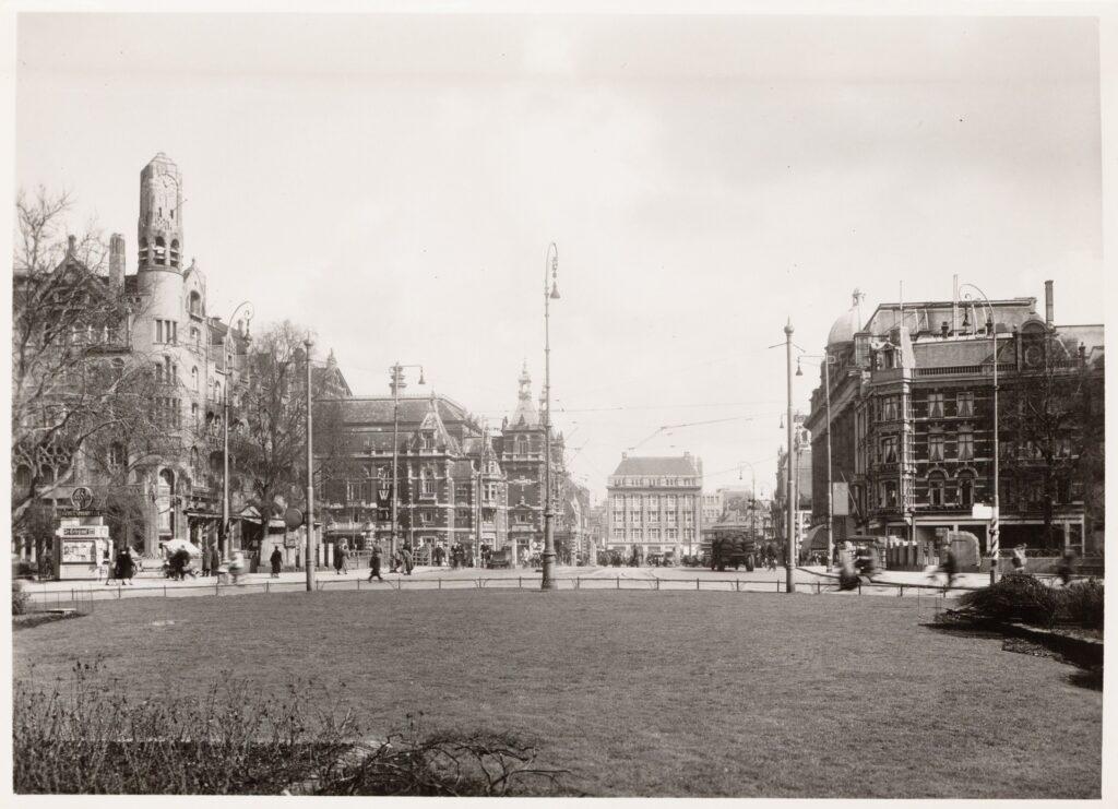 Leidseplein met links de kiosk (ca. 1940) © Stadsarchief Amsterdam